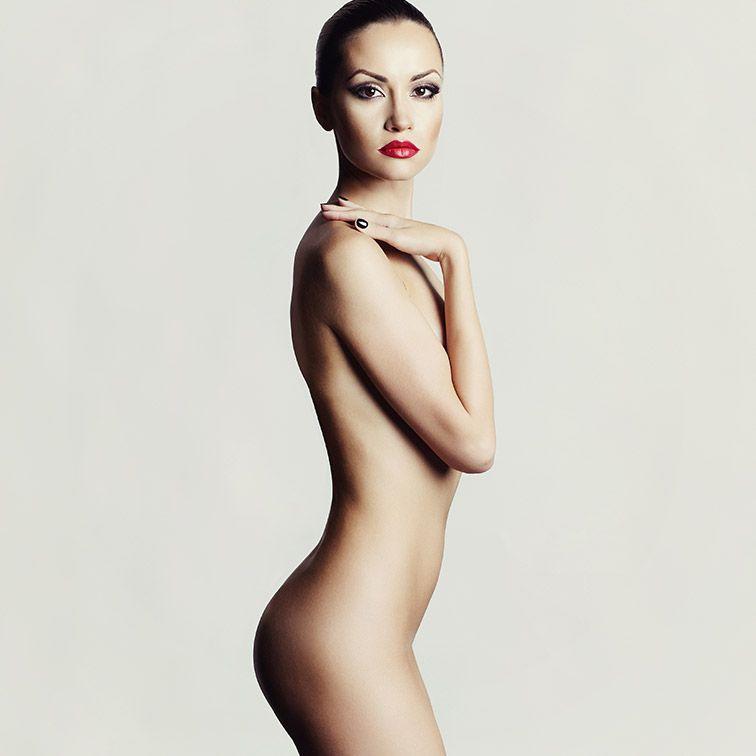 Femme debout pour la Chirurgie du corps du Dr Petit, Chirurgien Esthétique à Paris