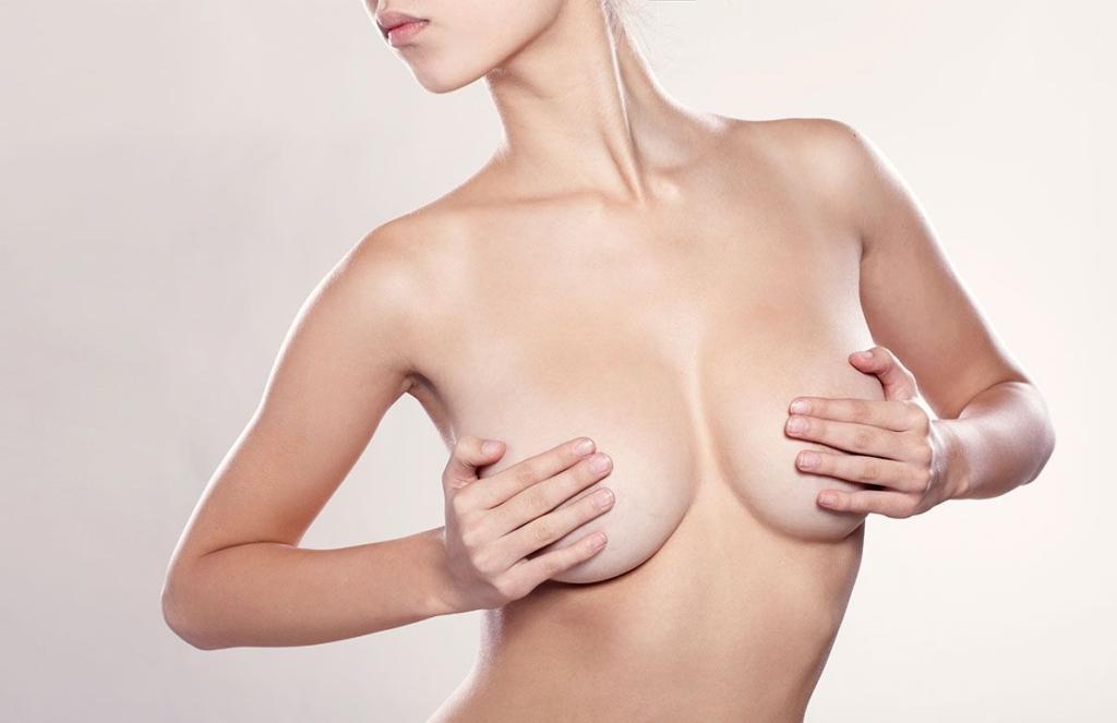 Femme avec prothèse mammaire à Paris | Dr Petit Paris, Versailles, Maisons-Laffitte